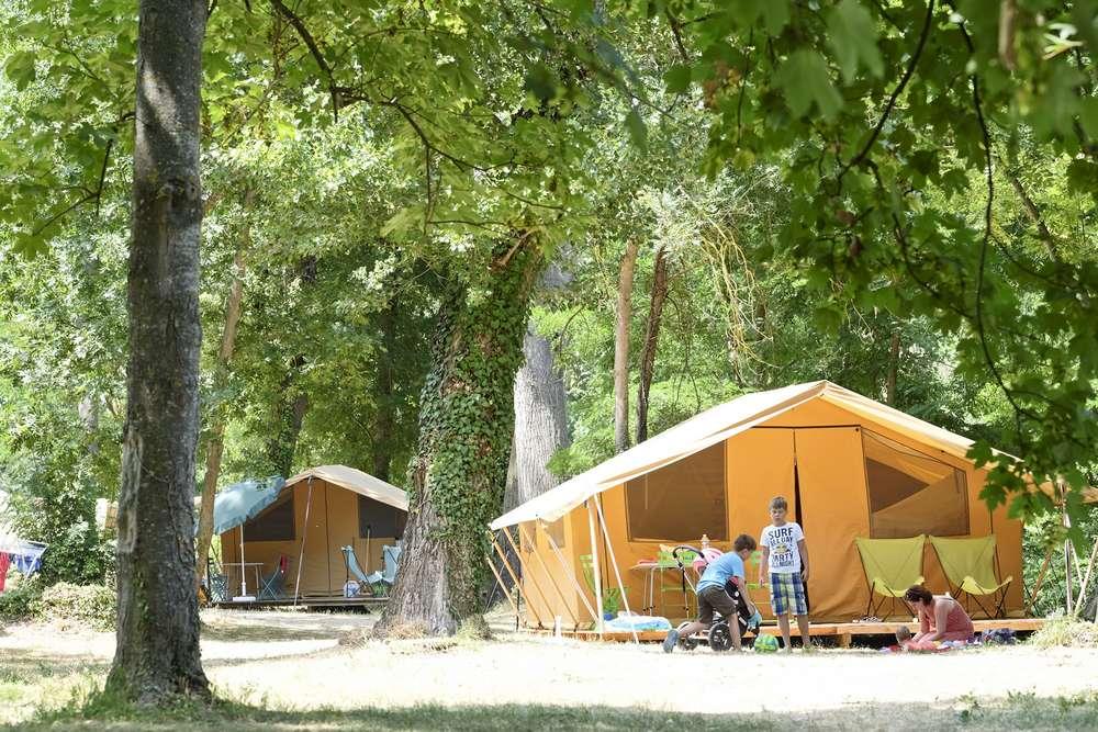 camping millau dans les gorges du tarn vacances nature huttopia. Black Bedroom Furniture Sets. Home Design Ideas