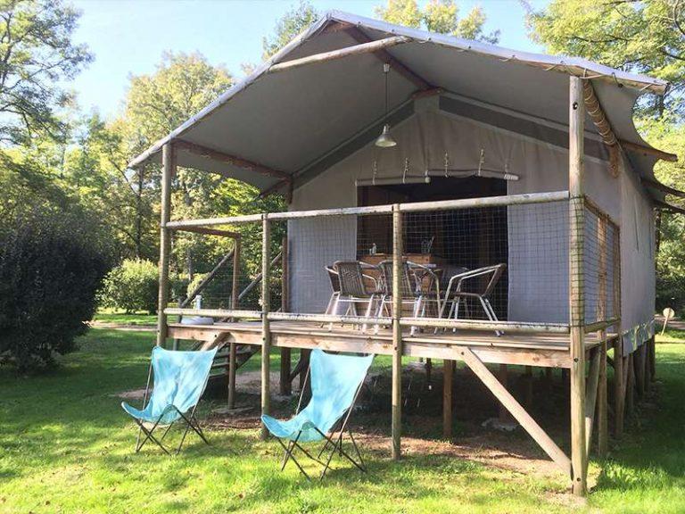 Accommodaties op de camping huttopia - Terras schuilplaats ...