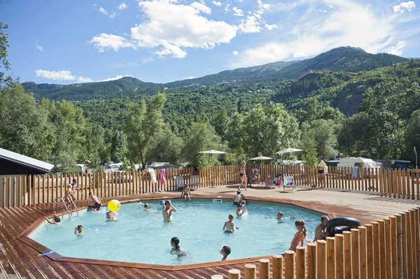 Campingplatz mit Schwimmbad in den Alpen