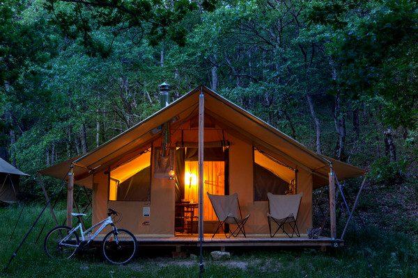 Une Tente avec Poêle à bois